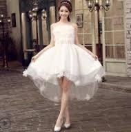 白のウェディングドレスを着用したゲストに唖然